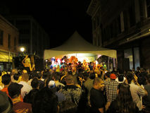 De mensen dansen op stadium tijdens Vette Dinsdag, Mardi Gras Carnival Stock Fotografie