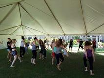 De mensen dansen openlucht onder een tent tijdens Extatische meditatie dan Royalty-vrije Stock Fotografie