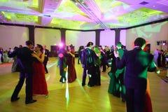 De mensen dansen in paren in kostuums en maskers Royalty-vrije Stock Foto's