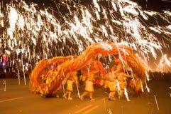 De mensen dansende draak in het houtting ijzer Stock Fotografie