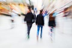 De mensen in de stad met gezoem voeren uit royalty-vrije stock foto