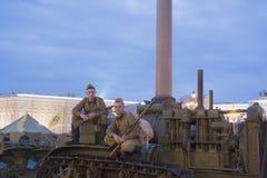 De mensen in de vorm van een Sovjetmilitair van Wereldoorlog II Stock Foto