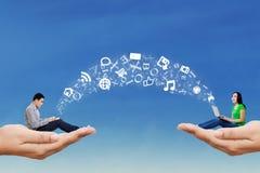 De mensen delen informatie door hemel Stock Afbeelding