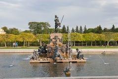 De mensen dichtbij de Fontein van Neptunus in het Museum van de Staat bewaren Peterhof Rusland stock foto's