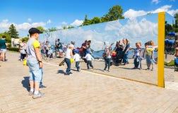 De mensen dichtbij het reuzeroestvrije staal weerspiegelen binnen bij het stadspark Royalty-vrije Stock Foto