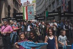 De mensen die aan de Bevrijdingsdag deelnemen paraderen in Milaan Stock Foto's