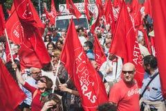 De mensen die aan de Bevrijdingsdag deelnemen paraderen in Milaan Stock Afbeeldingen