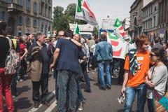 De mensen die aan de Bevrijdingsdag deelnemen paraderen in Milaan Royalty-vrije Stock Foto's