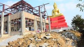 De mensen die bij Bouw werken planten voor bouwstijltempel in Wat Bot-tempel stock videobeelden