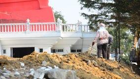 De mensen die bij Bouw werken planten voor bouwstijltempel in Wat Bot-tempel stock footage