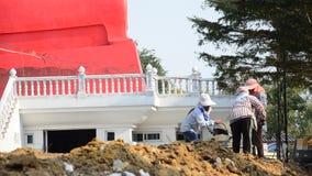 De mensen die bij Bouw werken planten voor bouwstijltempel in Wat Bot-tempel stock video