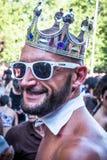 De mensen die bij de Vrolijke Trots deelnemen paraderen in Madrid Stock Afbeelding