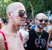 De mensen die bij de Vrolijke Trots deelnemen paraderen in Madrid Royalty-vrije Stock Foto's