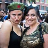 De mensen die bij de Vrolijke Trots deelnemen paraderen in Madrid Stock Afbeeldingen