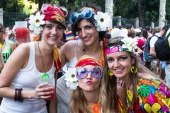 De mensen die bij de Vrolijke Trots deelnemen paraderen in Madrid Stock Foto's