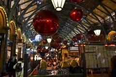 De mensen die bij het Covent Garden-restaurant eten plaatsen tijdens Kerstmis uit elkaar stock fotografie