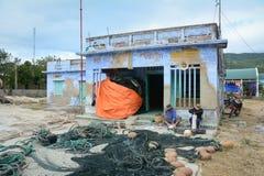 De mensen die bij het oude huis in Phan werken belden, Vietnam stock fotografie