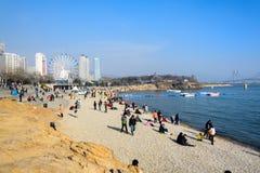 De mensen die bij het strand bij xinghai ontspannen parkeren stock afbeeldingen