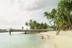 De mensen die bij Siloso-Strand bij Sentosa-eiland zwemmen nemen zijn toevlucht Royalty-vrije Stock Foto