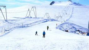De mensen die bij de ski ski?en volgen op Klein Matterhorn stock video