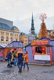 De mensen die dichtbij Kerstmismarkt in Livu lopen regelen in Riga Royalty-vrije Stock Fotografie