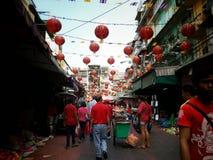 De mensen die en vieren Chinese nieuwe jaar 2015 chinatown Bangkok winkelen Royalty-vrije Stock Fotografie