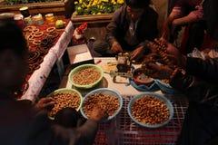 De mensen die gebedparels in China, of voor herinnering maken of bidden royalty-vrije stock afbeeldingen