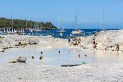 De mensen die in gezonde modder ontspannen voegen bij Eolische Eilanden, Italië samen royalty-vrije stock foto
