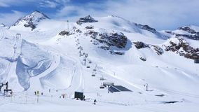De mensen die in Kleine Matterhorn ski?en ski?en spoor in de zonnige dag stock footage