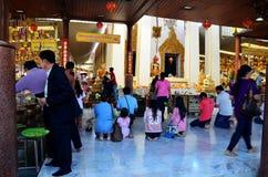 De mensen die Luang Pho Wat Rai Khing bidden zijn een standbeeld van Boedha bij Royalty-vrije Stock Afbeelding
