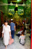 De mensen die Luang Pho Wat Rai Khing bidden zijn een standbeeld van Boedha bij Stock Afbeelding