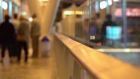 De mensen die in Luchthaven lopen doortrekken terminal met bagagebagage die op reis of zakenreis gaan Het bezige moderne leven en stock video