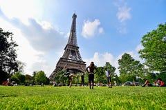 De mensen die met voetbalbal spelen in Champ de Mars parkeren Stock Foto
