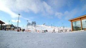 De mensen die op berghellingen ski?en in ski nemen zijn toevlucht, onherkenbare skiërs die de winter van activiteit op sneeuw gen stock footage