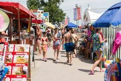 De mensen die op Costinesti-Overzees lopen nemen zijn toevlucht Stock Afbeeldingen