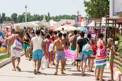 De mensen die op Costinesti-Overzees lopen nemen zijn toevlucht Stock Foto's