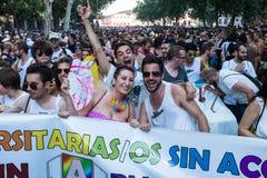 De mensen die op een demonstratie bij de Vrolijke Trots deelnemen paraderen in Madrid Royalty-vrije Stock Foto's
