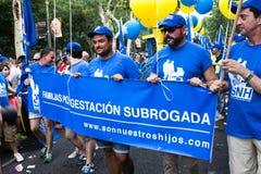 De mensen die op een demonstratie bij de Vrolijke Trots deelnemen paraderen in Madrid Stock Afbeelding