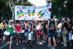 De mensen die op een demonstratie bij de Vrolijke Trots deelnemen paraderen in Madrid Stock Foto