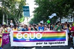 De mensen die op een demonstratie bij de Vrolijke Trots deelnemen paraderen in Madrid Stock Foto's