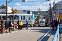 De mensen die op het Japanse JR-Trein lopen wachten gaan de wegverbinding over Stock Fotografie
