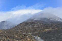 De mensen die op Onderstel Etna Vulcano lopen krateen vormen in Stock Foto