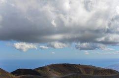 De mensen die op Onderstel Etna Vulcano Silvestri lopen krateen vormen in Stock Foto's