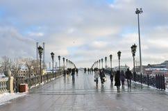 De mensen die op Patriarshy lopen overbruggen in Moskou, Rusland royalty-vrije stock fotografie