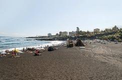 De mensen die op strand zonnebaden tuinieren Royalty-vrije Stock Fotografie