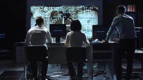 De mensen die in opdracht werken controleren centrum stock foto