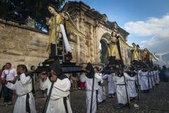De mensen die parade dragen drijft in een straat van de oude stad van Antigua tijdens een optocht van de Heilige Week, in Antigua Royalty-vrije Stock Fotografie