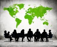 De mensen die rond de Conferentie bespreken dienen in Stock Afbeeldingen