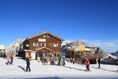 De mensen die in ski ski?en nemen Val Di Fassa in Ital zijn toevlucht Stock Afbeelding