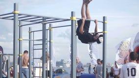 De mensen die sterkteoefeningen op doen trekken gymnastiek bij uit stock videobeelden
